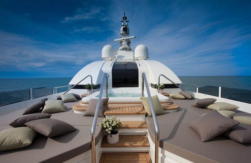 У вас есть гараж? А гараж в яхте?