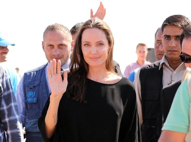 Анжелина Джоли навестила детей-беженцев без нижнего белья