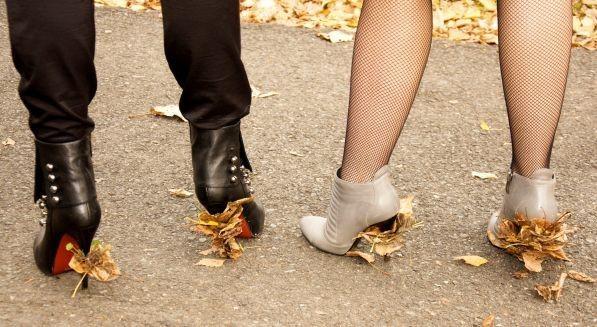 женщины ногами давят