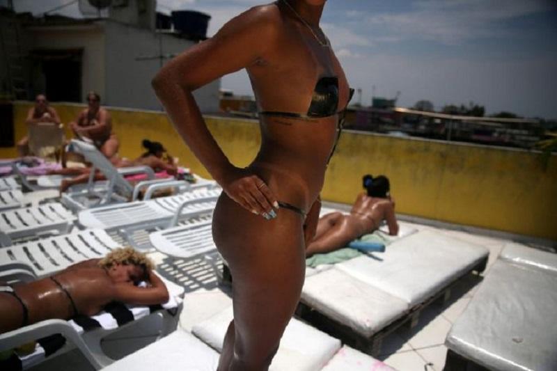 Ты будешь вне себя от удивления, когда узнаешь, зачем эти горячие бразильянки нацепили на себя изоленту...