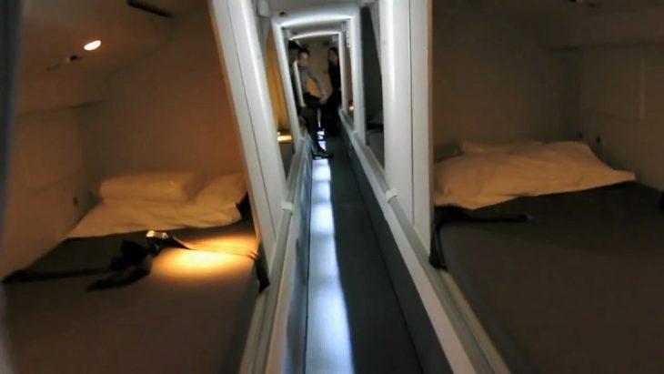 В каюте экипажа самолета: где спят бортпроводники
