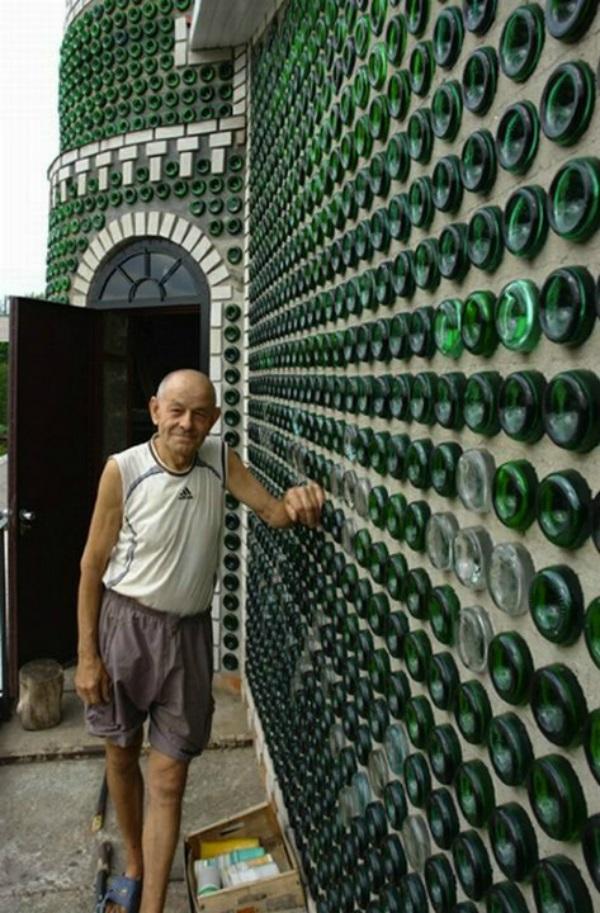 Построить из стеклянных бутылок своими руками