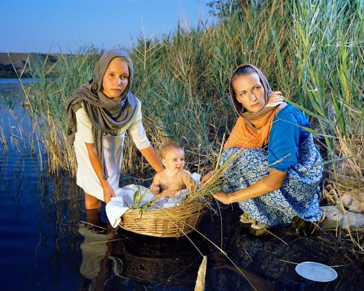 Это не просто нудисты. Они воссоздают библейские сюжеты на побережье Черного моря!