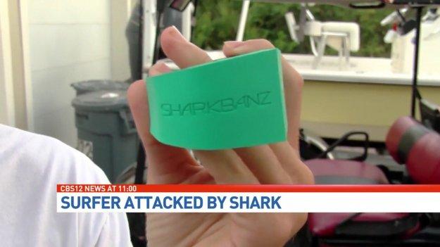 Акула напала на парня носившего браслет отпугивающий акул