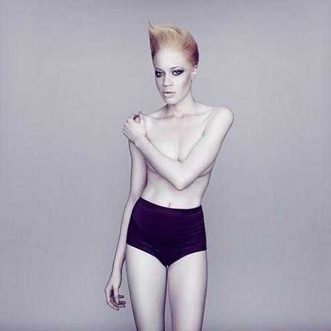 Зеленоглазая модель-альбинос Диандра Форрест