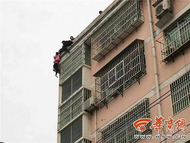 Китаец спас жену от смерти успев схватить ее за волосы