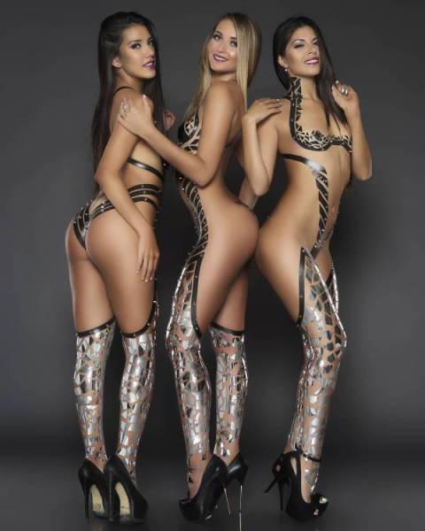Девушки модельной внешности в чёрной изоленте вместо одежды, что может быть лучше?