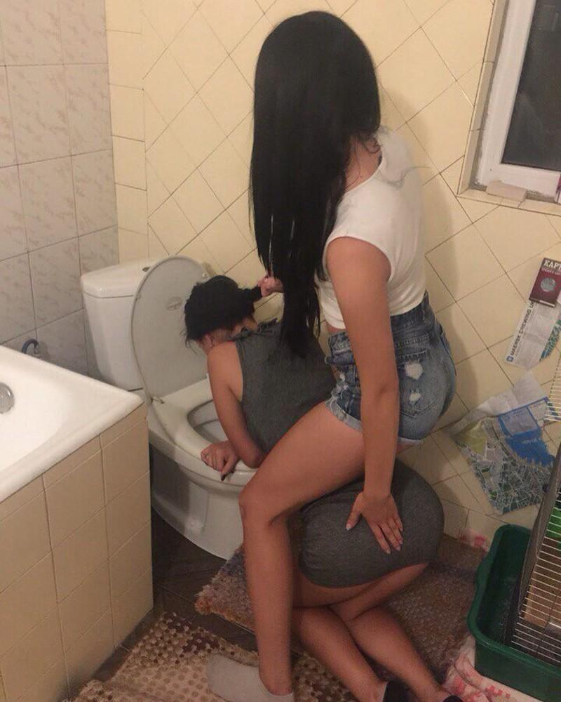 ebut-tolpoy-v-tualete
