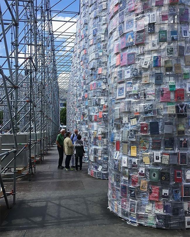 Художница построила копию Парфенона использовав более 100 тысяч запрещенных книг