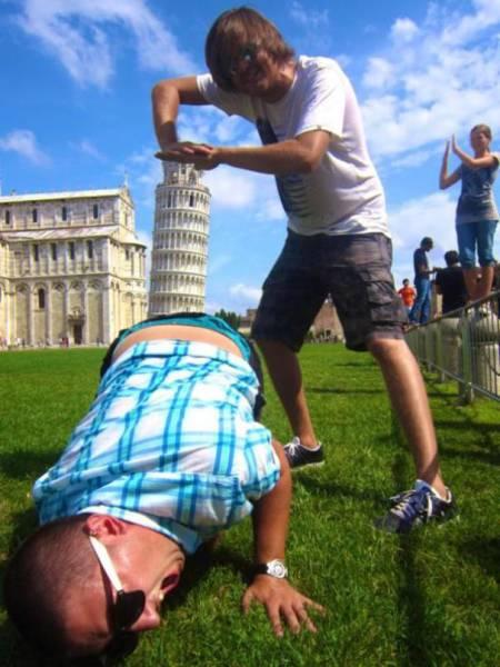 Что только не вытворяют туристы с Пизанской башней