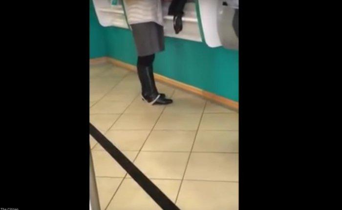 Женщина не заметила, как потеряла трусики стоя у банкомата