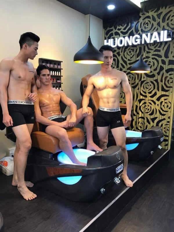 Сделать маникюр в обществе красивых парней теперь можно во Вьетнаме!