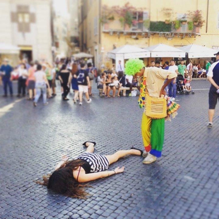 """Художница притворяется мертвой в общественных местах называя это """"Анти-селфи"""""""