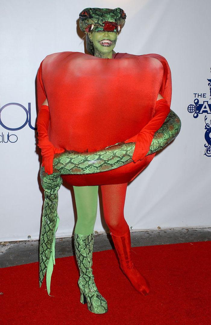 Модель Хайди Клум выводит переодевания Хэллоуина на новый уровень