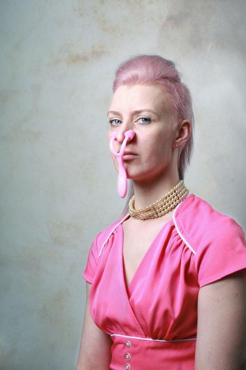 Даже без пластической хирургии быть красивой женщиной - тяжелая работа
