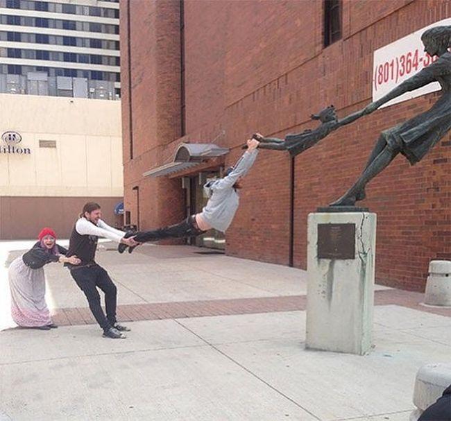 С этими статуями фотографироваться интереснее, чем с некоторыми людьми