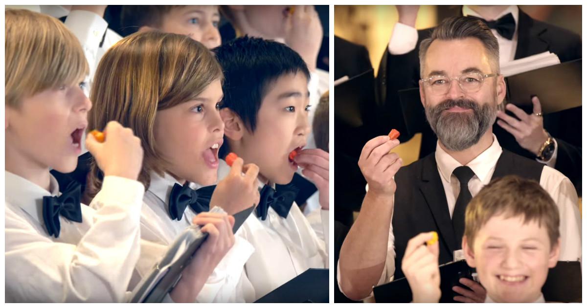 Детскому хору не хватало острых праздничных ощущений и они решили добавить перчинки