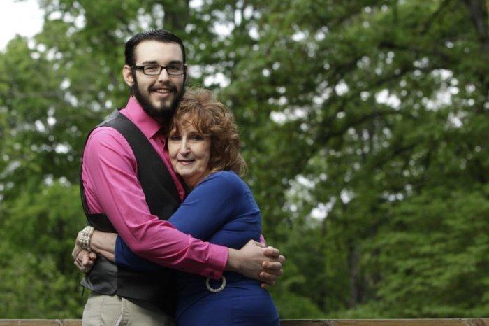 Любви все возрасты покорны: 71-летняя американка на похоронах сына познакомилась с 17-летним парнем  и стала его женой