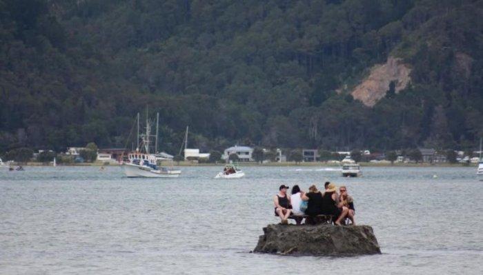 """Новозеландцы сделали себе """"алкоголический"""" островок на Новый год"""