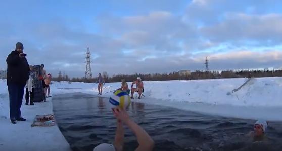 Веселая компашка из Сургута отожгла по-летнему в минус 37 (видео)