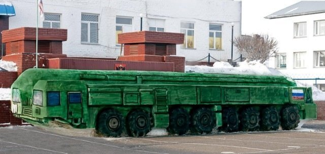 Омские заключенные изваяли из снега комплекс «Тополь-М» в натуральную величину