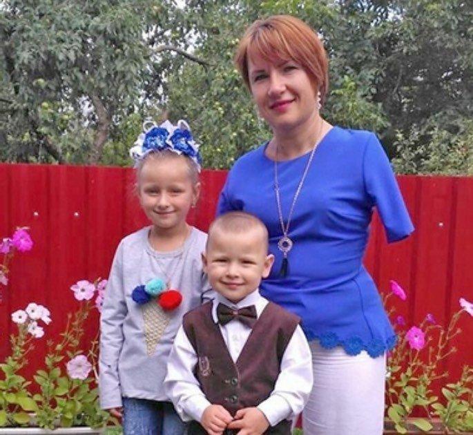 Безрукая женщина в одиночку воспитывает двоих детей