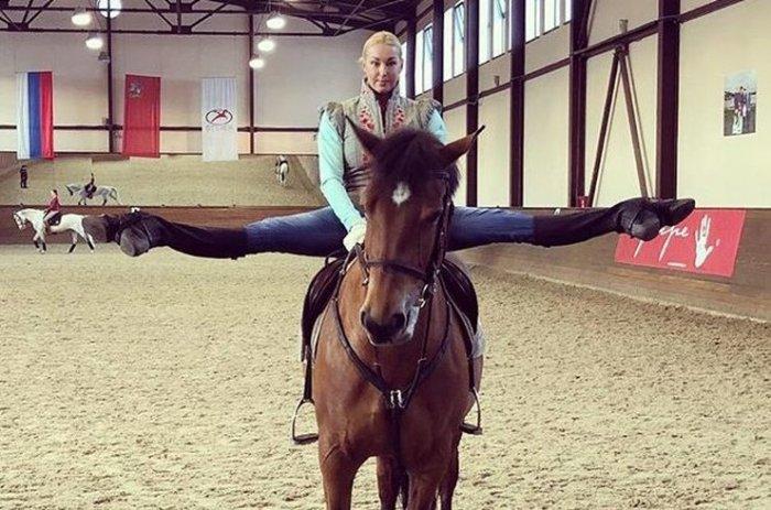 Волочкова оседлала коня в шпагате
