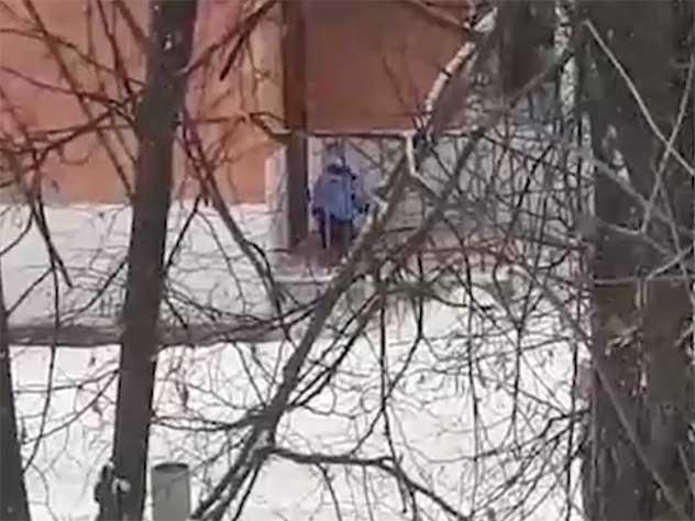 Воспитатели забыли ребенка на прогулке в 15-градусный мороз