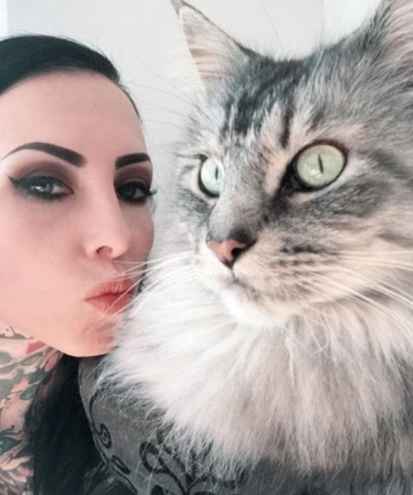 Немецкая модель сделала себе татуировку, используя шерсть любимого кота