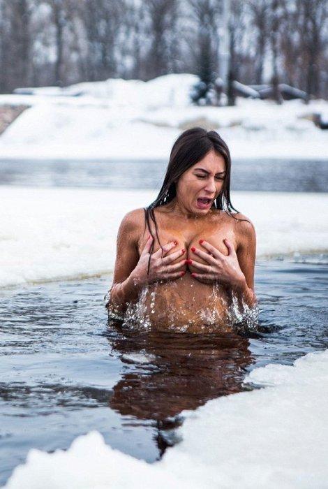 Каждые выходные голая украинка ныряет в ледяной Днепр
