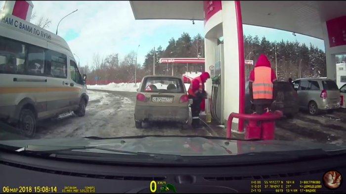Как сотрудники АЗС нагло воруют бензин у водителей