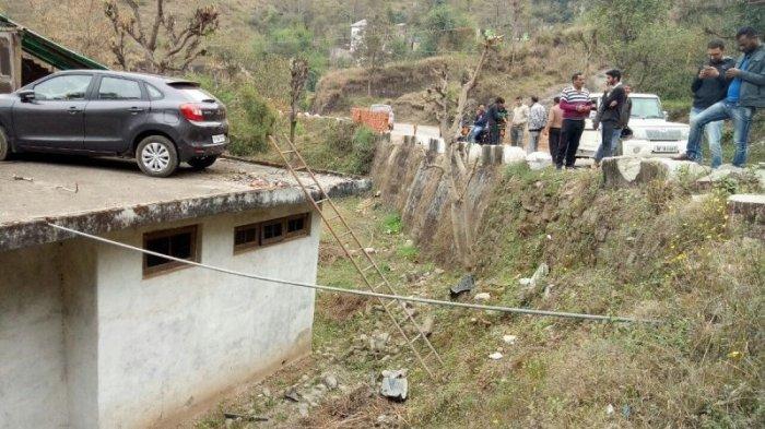 В Индии автомобиль залетел на крышу придорожного дома