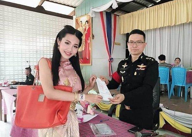 Что тайские транссексуалы делают в военкоматах