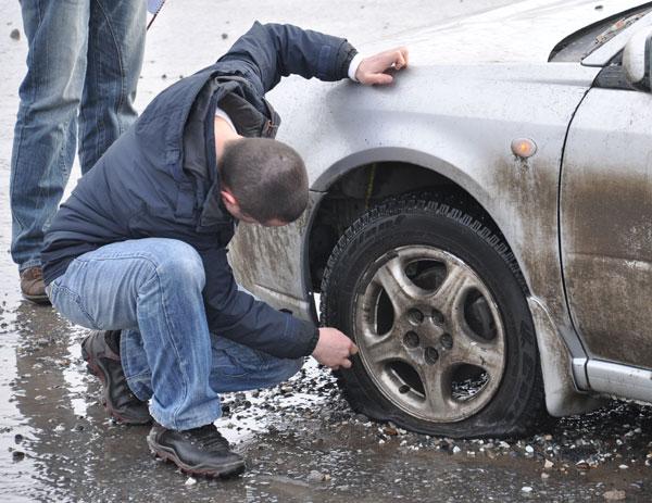 Чиновники собрались засудить водителя, который часто попадает в дорожные ямы