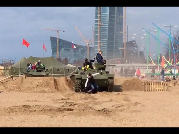 В Петербурге мужчина и двое детей попали под танк