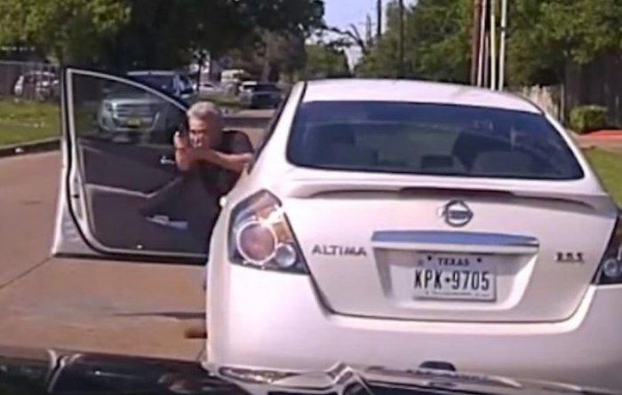 В Техасе патрульный открыл огонь по вооруженному подозреваемому (видео)