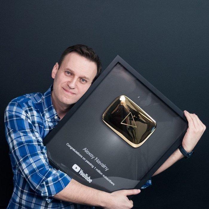 Навальный получил золотую кнопку YouTube и моментально стал героем фотожаб