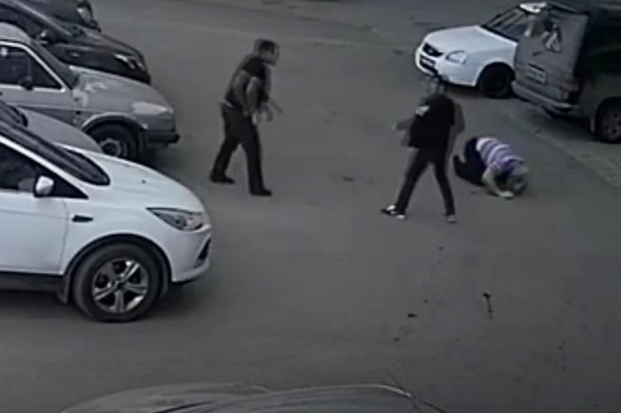 В Кирове трое мужчин жестоко избили таксиста за сделанное замечание