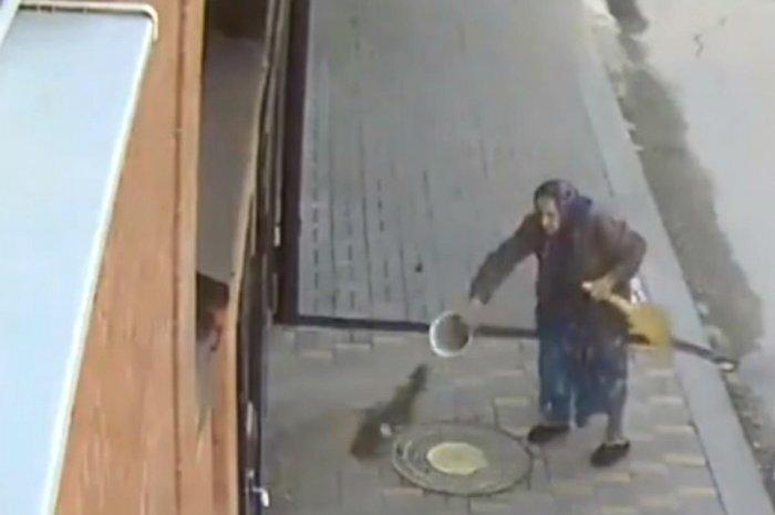Зловредная старушенция закидала соседей фекалиями (видео)