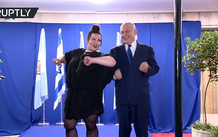 """Победительница """"Евровидения"""" станцевала """"танец курочки"""" вместе с израильским премьером"""