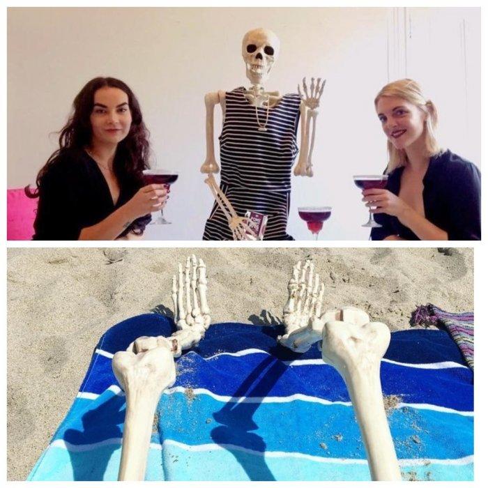 Парень троллит девушек из Instagram с помощью скелета