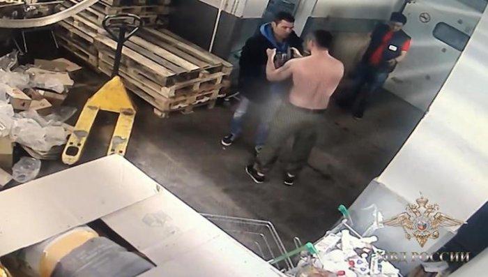 Охранник супермаркета топлес избил покупателя железной тележкой