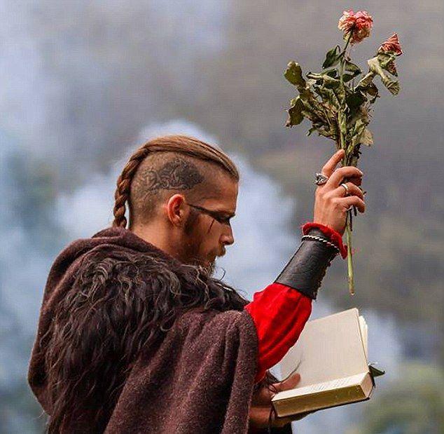 Пара сыграла традиционную свадьбу викингов впервые за последнюю 1000 лет